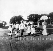 Russie, la famille Romanov. Les enfants du tsar Nicolas II et de l'impératrice Alexandra.  La promenade quotidienne de la famille impériale dans les jardins de Tsarkoié-sélo, septembre 1906.