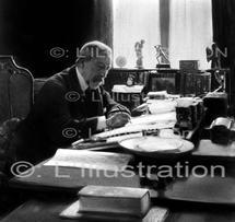 Emile Henriot chez lui à Paris, 1930.