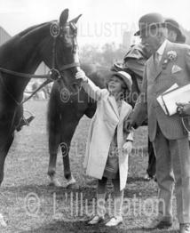 La princesse Elisabeth caressant un cheval, lors du Richmond Horse Show, en juin 1934