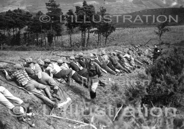Des républicains allongés le fusil en joue guettent les troupes nationalistes dans les collines, 1936