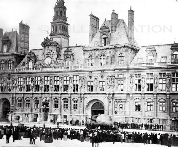 Gonflement d'un petit ballon porteur de proclamations de la Commune, place de l'Hotel de Ville, Paris, 1871