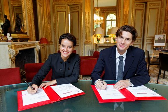 Signature avec Madame Najat Vallaud-Belkacem, Ministre de l'Éducation nationale, de l'Enseignement supérieur et de la Recherche et Jean Sébastien Baschet, Directeur de L'Illustration - Crédit photo : Philippe Devernay